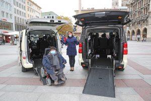 Behindertenbeauftragter Oswald Utz mit Rollstuhl auf Rampe