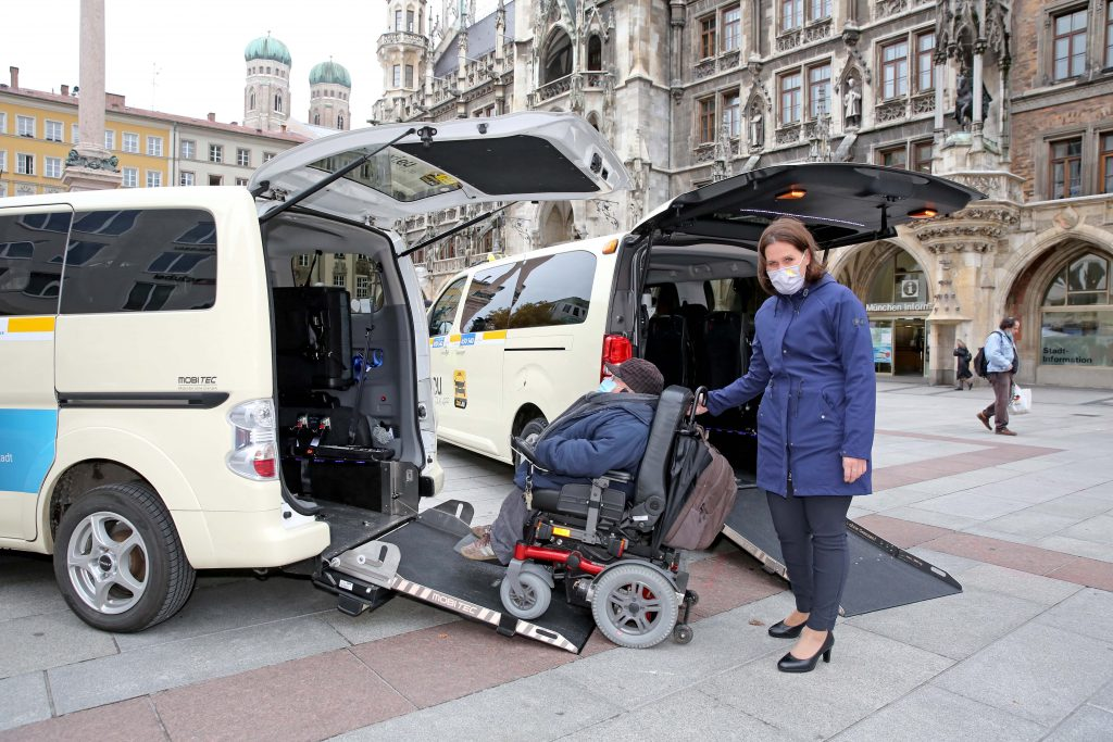 3. Bürgermeisterin Verena Dietl und Behindertenbeauftragter Oswald Utz mit Rollstulhl auf Rampe